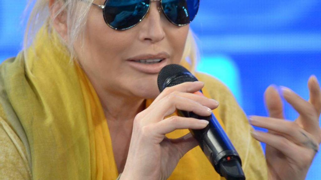 """Oxarte contro Non è Grindr: il management di Anna Oxa ci definisce """"malati"""", """"drogati"""" e """"bestie"""""""