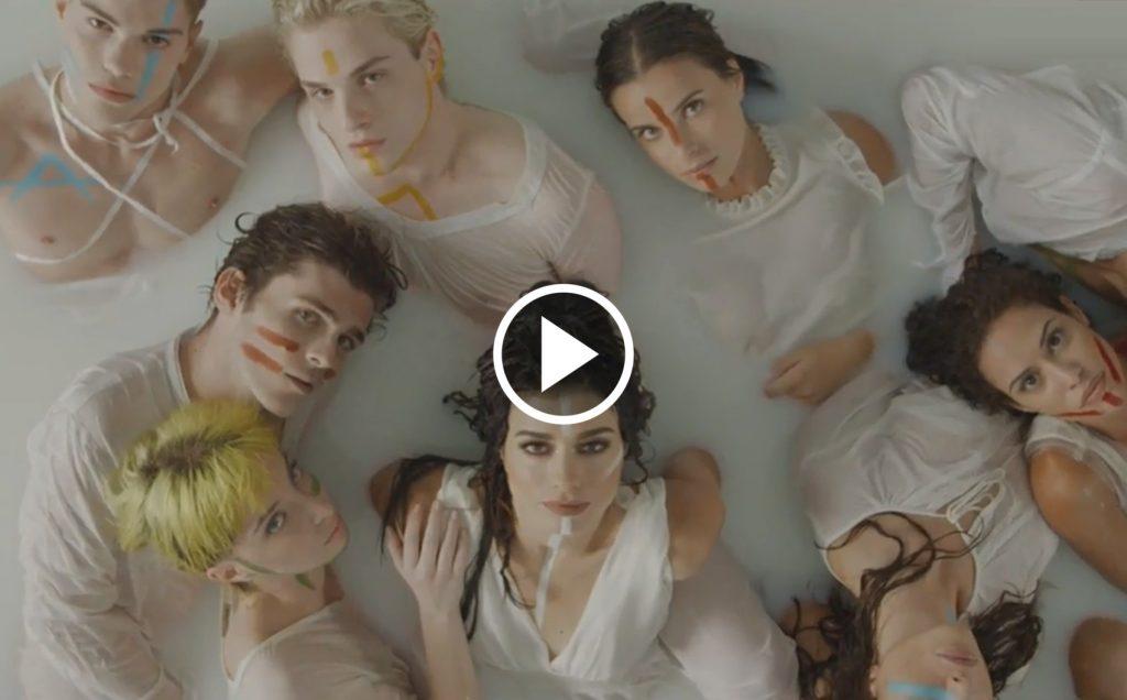 """Dolcenera celebra l'amore libero nel video di """"Più forte"""""""