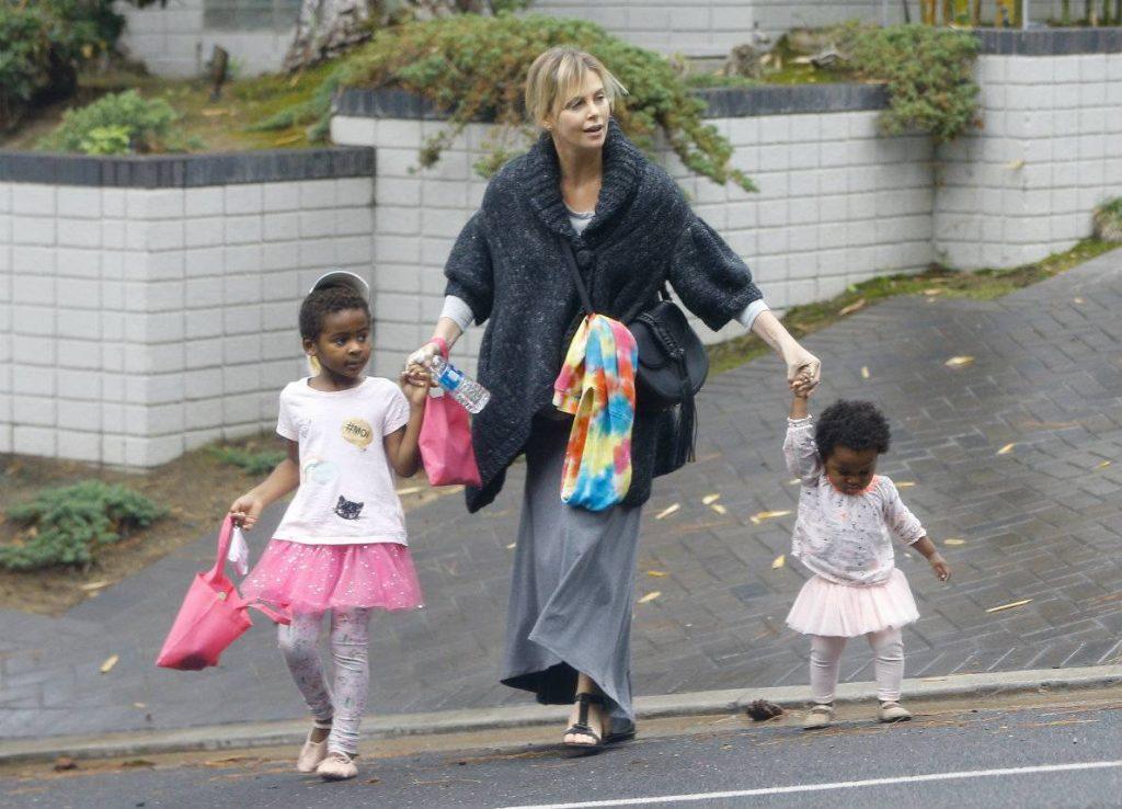 Charlize Theron: «Mio figlio è una bambina e voglio vederla felice»