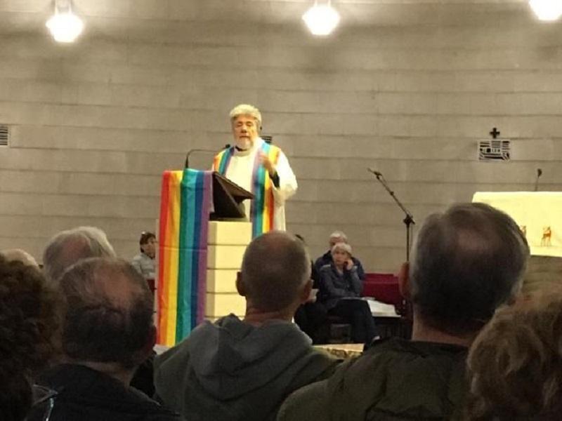 A Vicenza l'altare di una chiesa diventa arcobaleno per la veglia contro l'omofobia
