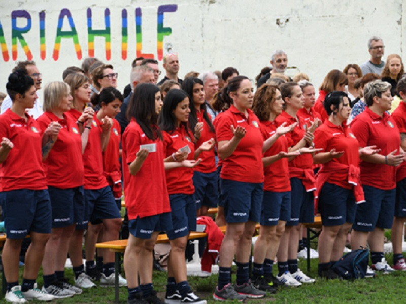 Calcio femminile, cori femministi e pro-LGBT durante l'inno vaticano: partita annullata