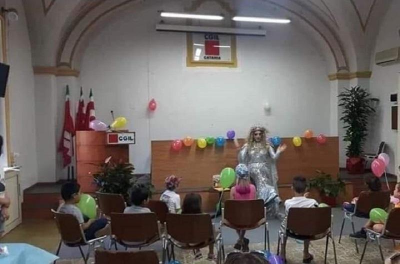 Una drag queen che legge fiabe ai bambini scatena la polemica a Catania
