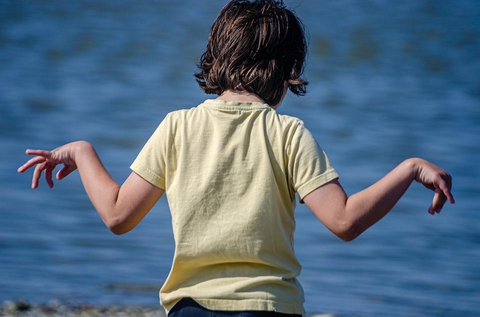 """""""Troppo effeminato"""", padre umilia figlio di 7 anni in spiaggia davanti a tutti"""