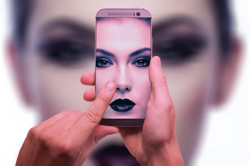 Le persone trans e non binarie continuano a essere bannate da Tinder