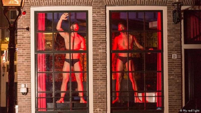 Amsterdam Pride, dei ragazzi nelle vetrine del quartiere a luci rosse