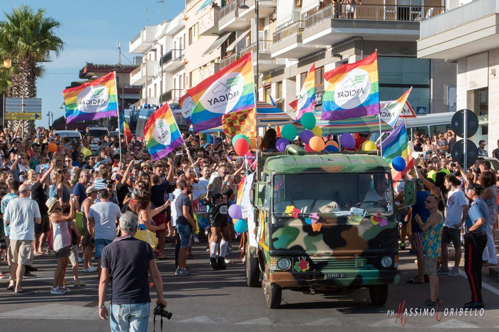Il Salento Pride arriva in spiaggia e sfida il beach tour di Salvini