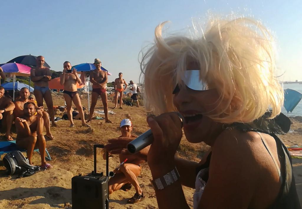 Gallipoli, concerto a sorpresa con improbabili Oxa e Rettore in spiaggia