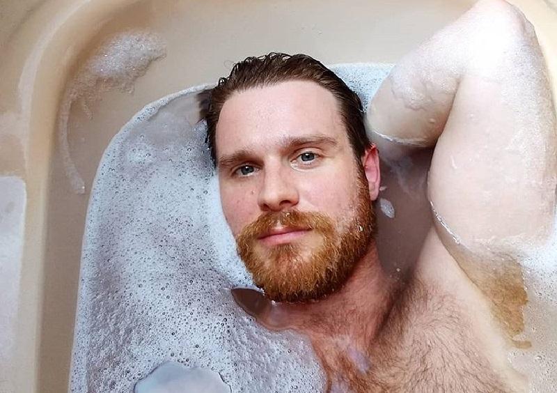 L'uomo gay con un'erezione da 10 giorni è etero per la stampa italiana