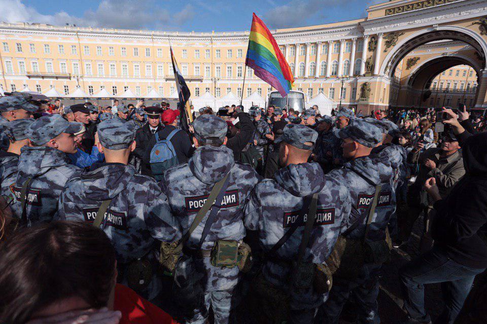 Russia, arresti e torture per i manifestanti al Pride di San Pietroburgo
