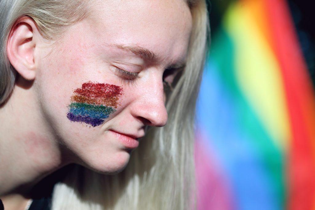 """Farmaci """"blocca-pubertà"""" abbassano il rischio di disturbi mentali nelle persone trans: lo studio"""