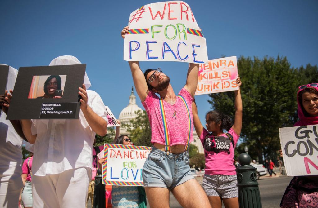 Attivisti LGBT bloccano le strade e fanno twerking per protestare contro i cambiamenti climatici