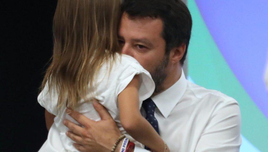 Selvaggia Lucarelli: «Bambina portata sul palco da Salvini non è nell'ordinanza di Bibbiano»