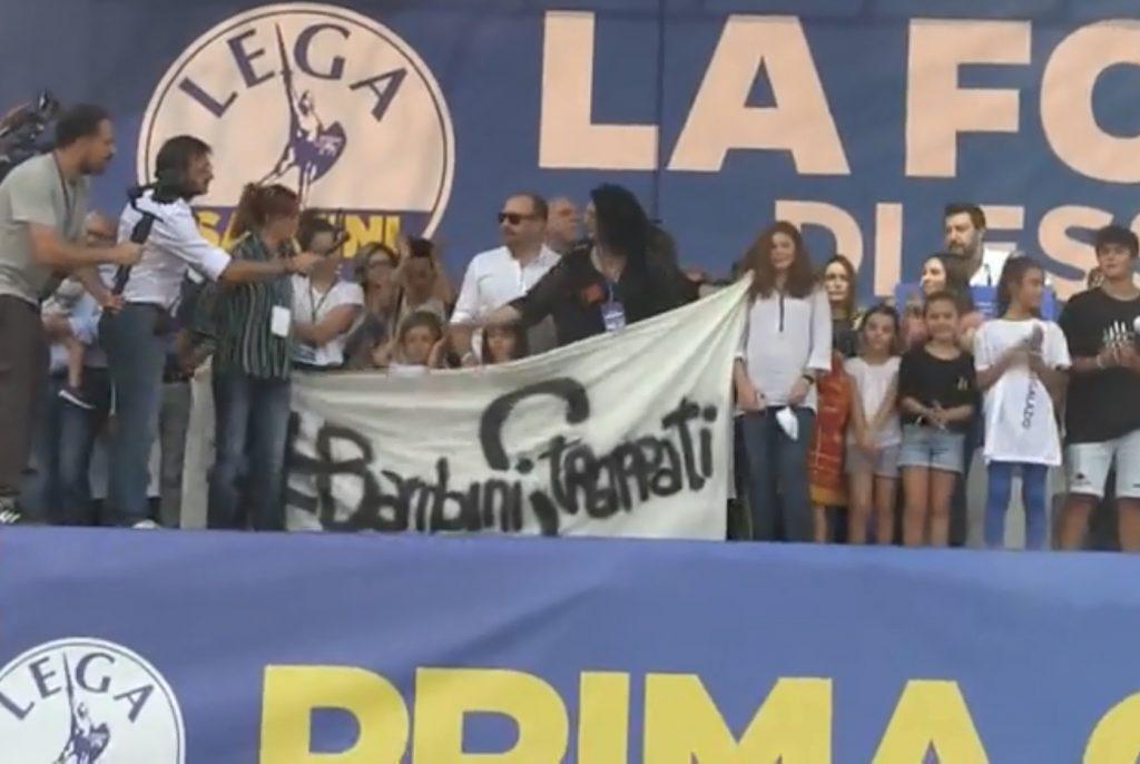 Salvini porta sul palco di Pontida una bambina del caso di Bibbiano