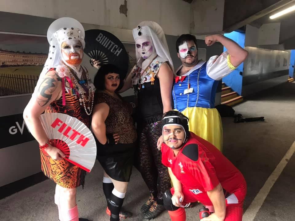 Una squadra di rugby di drag queen scende in campo per una partita di beneficenza