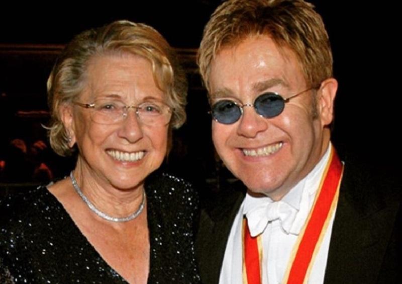 Elton John parla del travagliato rapporto con quell'omofoba di sua madre