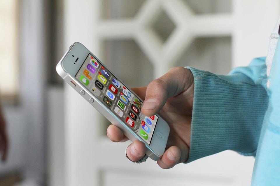 Russia, un uomo denuncia la Apple: «Sono diventato gay per colpa dell'iPhone»