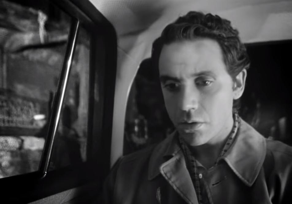 Nel nuovo video, Mika è un uomo sposato che fa cruising a Sanremo