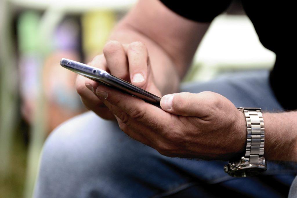 Roma, coppia adesca un uomo su un'app di incontri per rapinarlo e stuprarlo