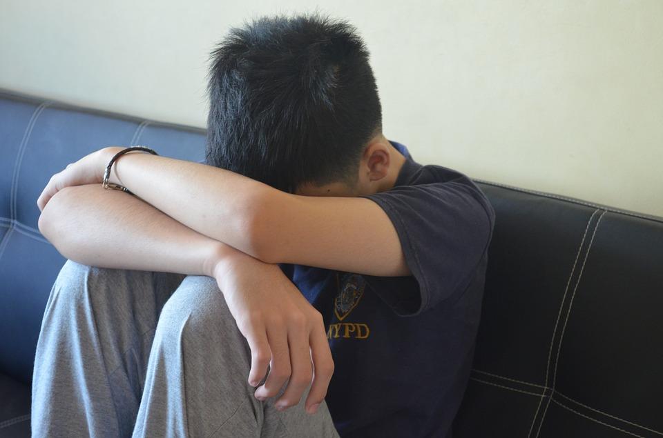 Busto Arsizio, ragazzo abusato prima dallo zio e poi dal patrigno omofobo