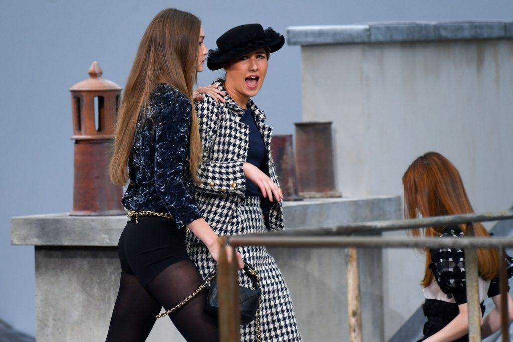 Un'intrusa sulla passerella della sfilata di Chanel a Parigi – VIDEO