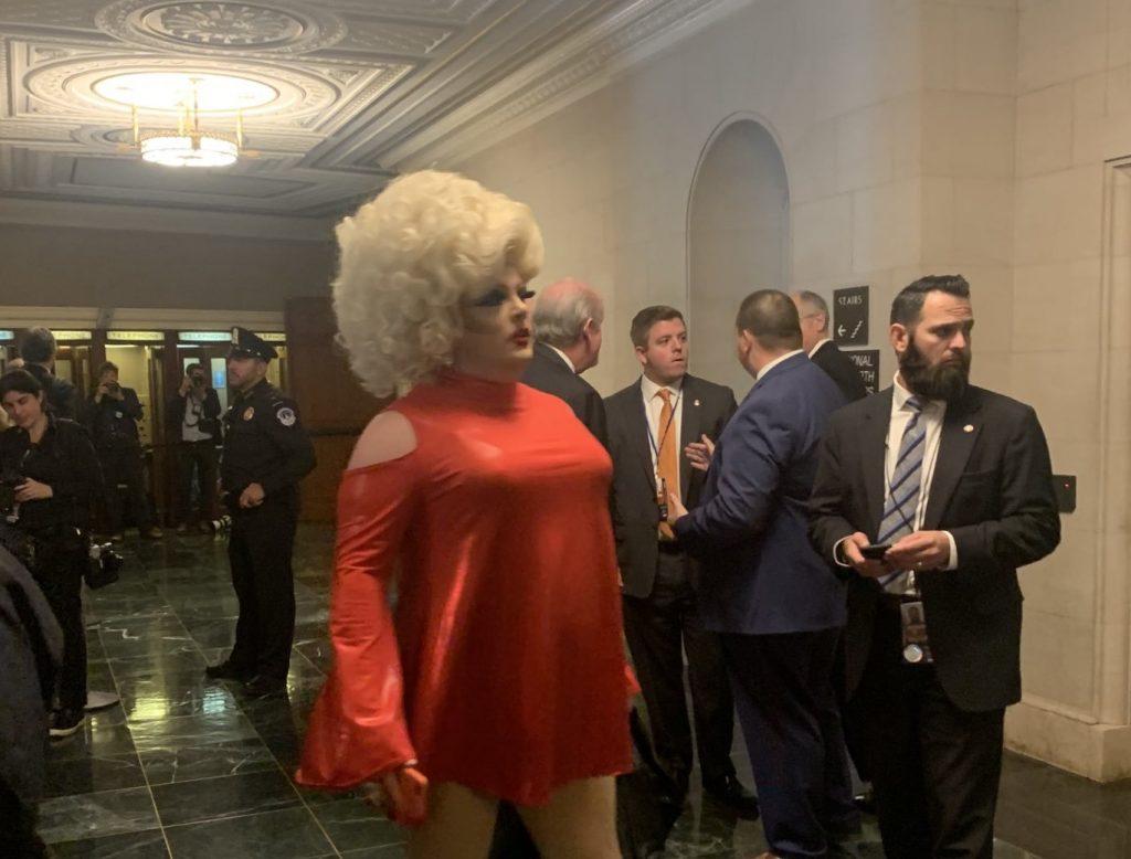 All'udienza per l'impeachment di Donald Trump si presenta una drag queen