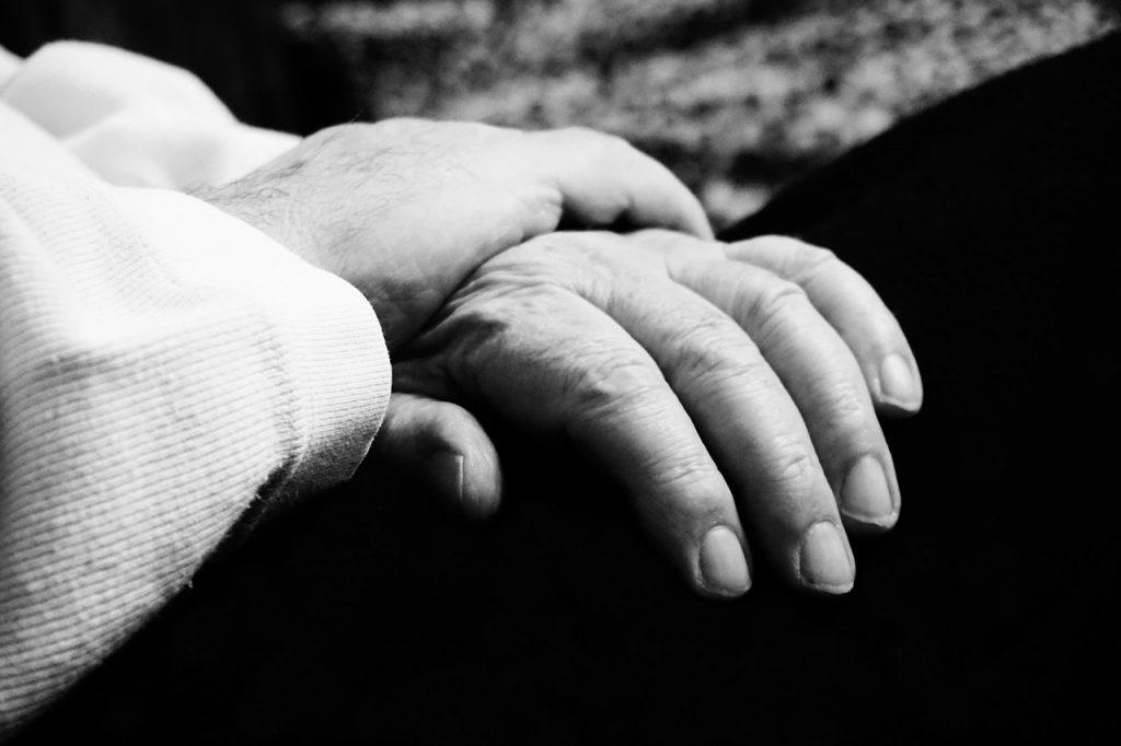 Anziano disabile vessato da una baby gang perché omosessuale