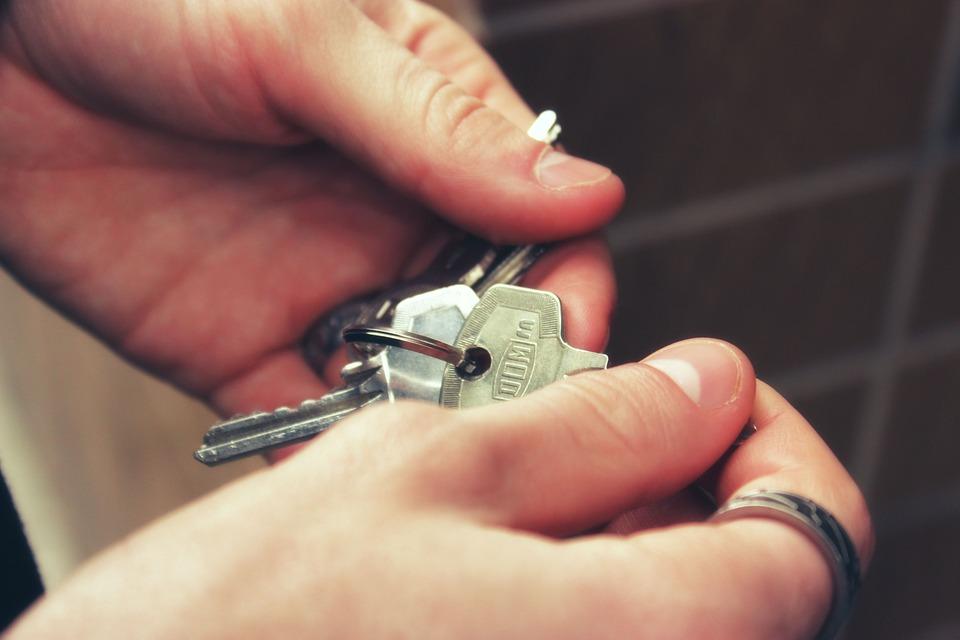 Roma, negato l'affitto di una stanza a un ragazzo gay: «ce n'è già un altro in casa»