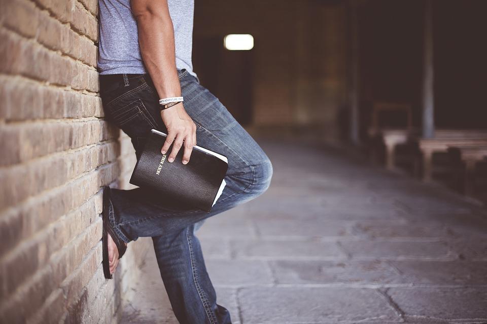 Allontanato dai Testimoni di Geova perché gay: «Ora la mia vita è cambiata»