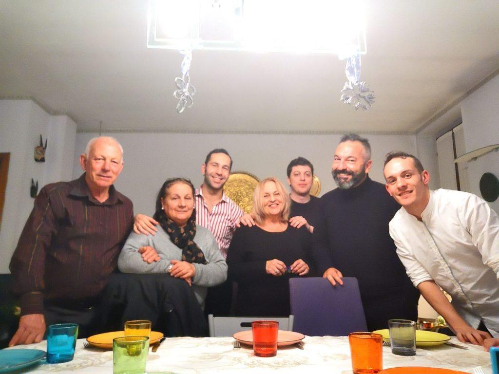 Natale con i genitori dopo 7 anni: la sorpresa di Fabio al fidanzato