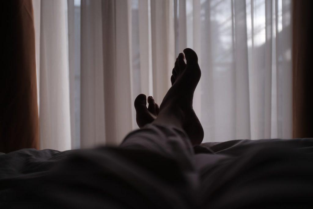 Ladro feticista entra in casa di un uomo e gli succhia le dita dei piedi