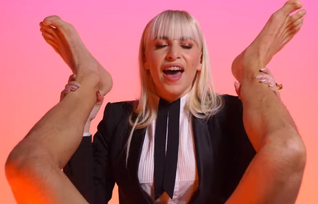 Il nuovo e spudoratamente allusivo videoclip di Romina Falconi