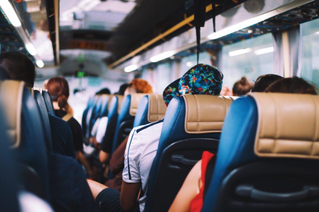 Cosenza, ragazza lesbica offesa sull'autobus. La madre: «Non parla più, temo per lei»