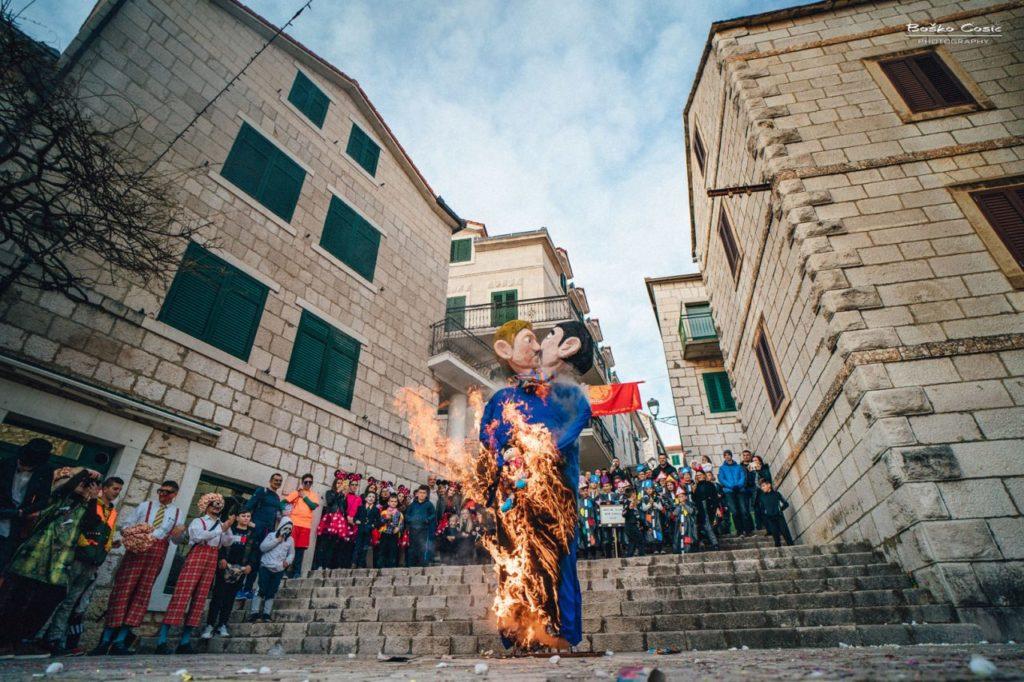 Croazia, effige di una famiglia arcobaleno bruciata al Carnevale di Imotski