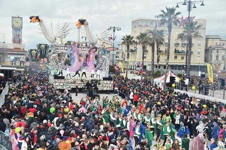 Un carro sfila contro l'omofobia al Carnevale di Viareggio