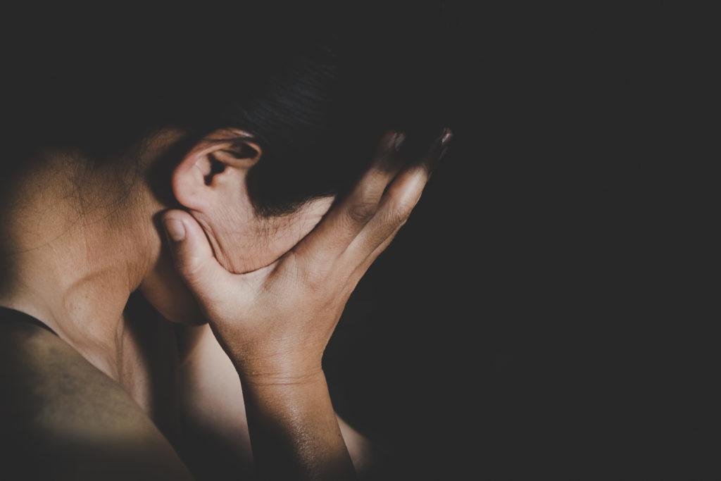 """Donna stuprata da tre uomini per """"correggere"""" la sua omosessualità"""