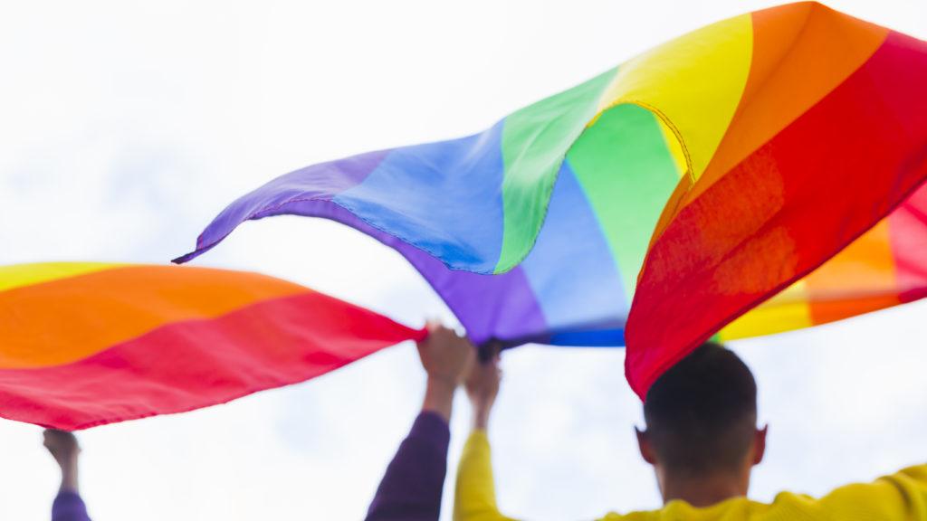 Italiani e diritti LGBT+: 6 su 10 favorevoli a matrimonio gay, aumenta consenso su adozioni