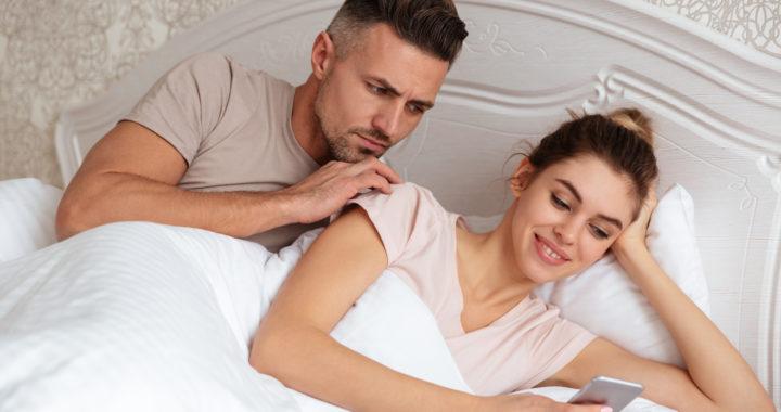 La fidanzata di un ragazzo bisessuale cerca un terzo su Grindr: «Lui è troppo timido»