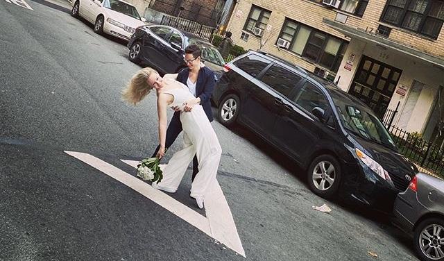Coronavirus, due donne non si arrendono e si sposano in strada a New York