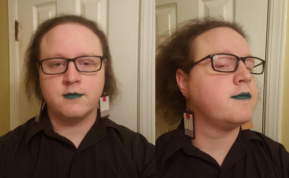 Dipendente non-binary licenziato dall'università: «Discriminato per il mio rossetto»