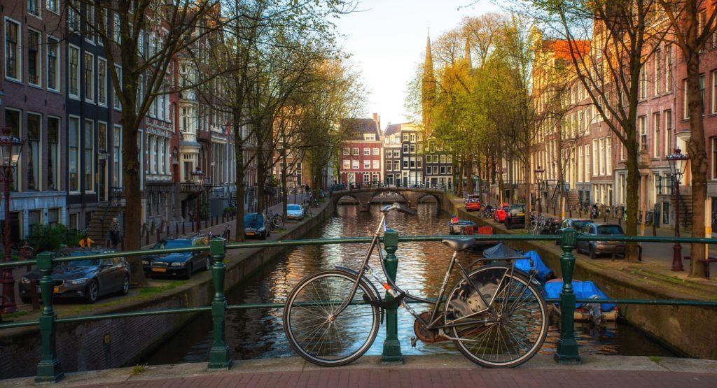 Amsterdam, insulti e sputi contro una coppia gay che andava a fare la spesa