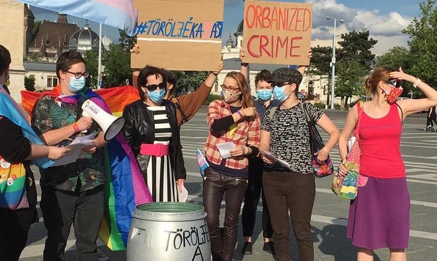Ungheria, persone trans e intersessuali bruciano i documenti in segno di protesta