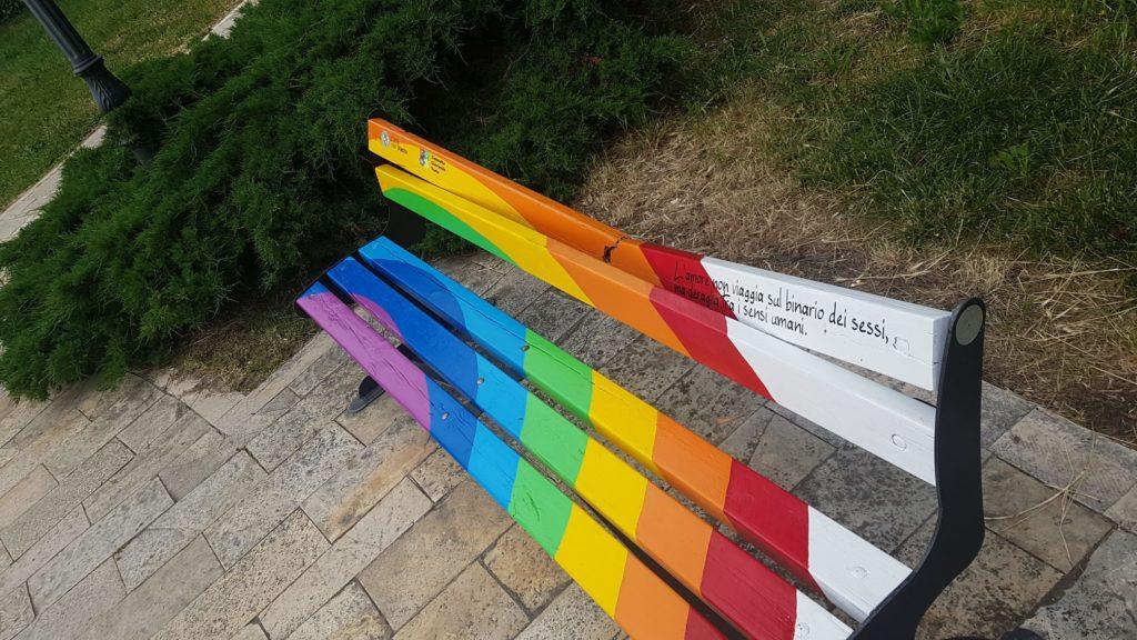 Vasto, vandalizzata la panchina arcobaleno contro l'omobitransfobia dopo soli 5 giorni