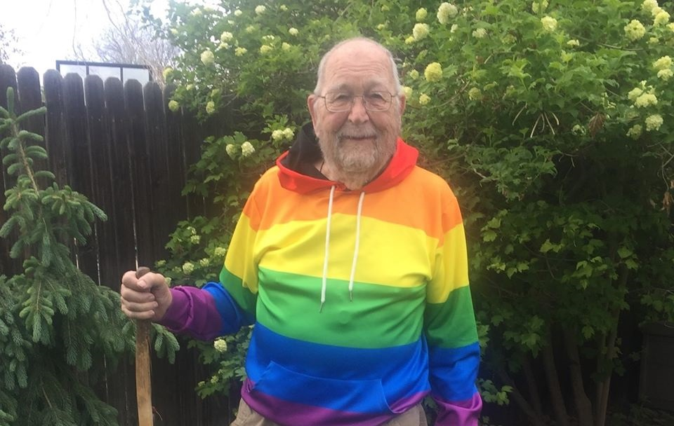 90enne fa coming out con la famiglia e gli amici: «Sono sempre stato gay»