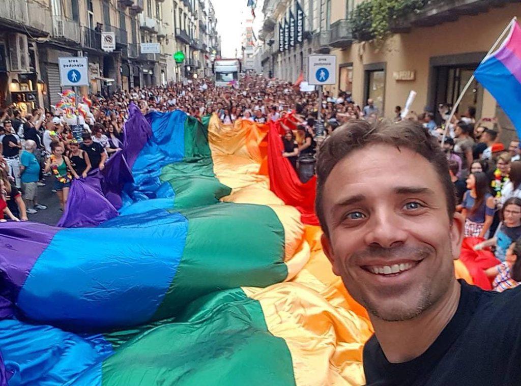 Fotocronista insulta attivista LGBT+ in diretta Facebook: «Hai fatto il fr**io col c**o mio»