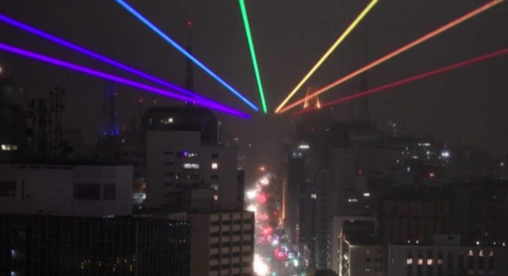 Pride Month, uno spettacolare arcobaleno laser sul cielo di San Paolo