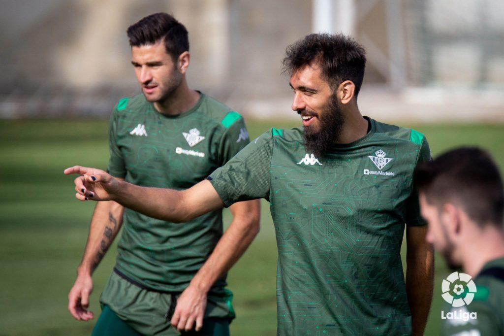 Calcio, Borja Iglesias si tinge le unghie contro il razzismo ma riceve insulti omofobi