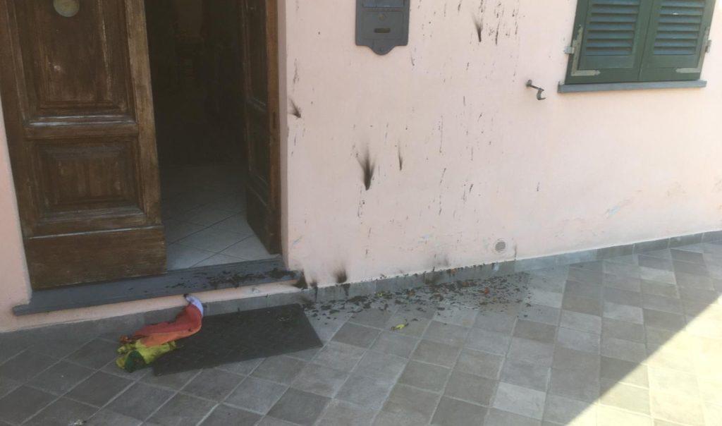 Pisa, bruciata la bandiera arcobaleno appesa alla finestra del figlio di due papà