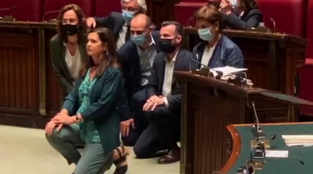 Laura Boldrini si inginocchia alla Camera: «Non respiro perché sono donna, lesbica, immigrata»