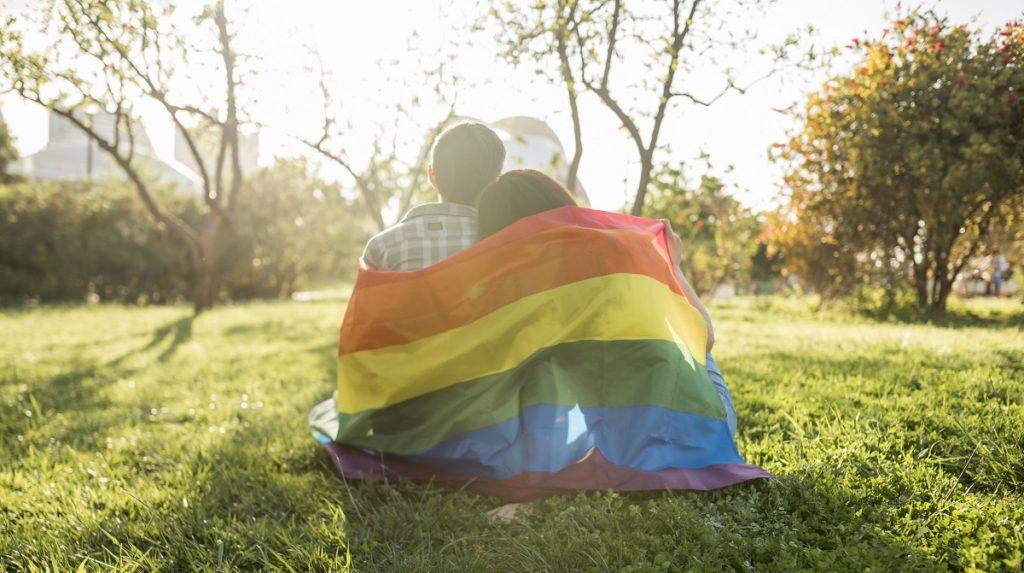 Lesbofobia a Pescara, uomo si scaglia contro due ragazze per un abbraccio