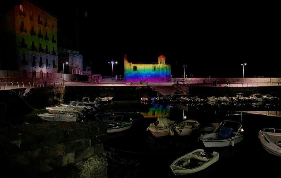 Pozzuoli, la Chiesetta dell'Assunta illuminata d'arcobaleno per il Pride